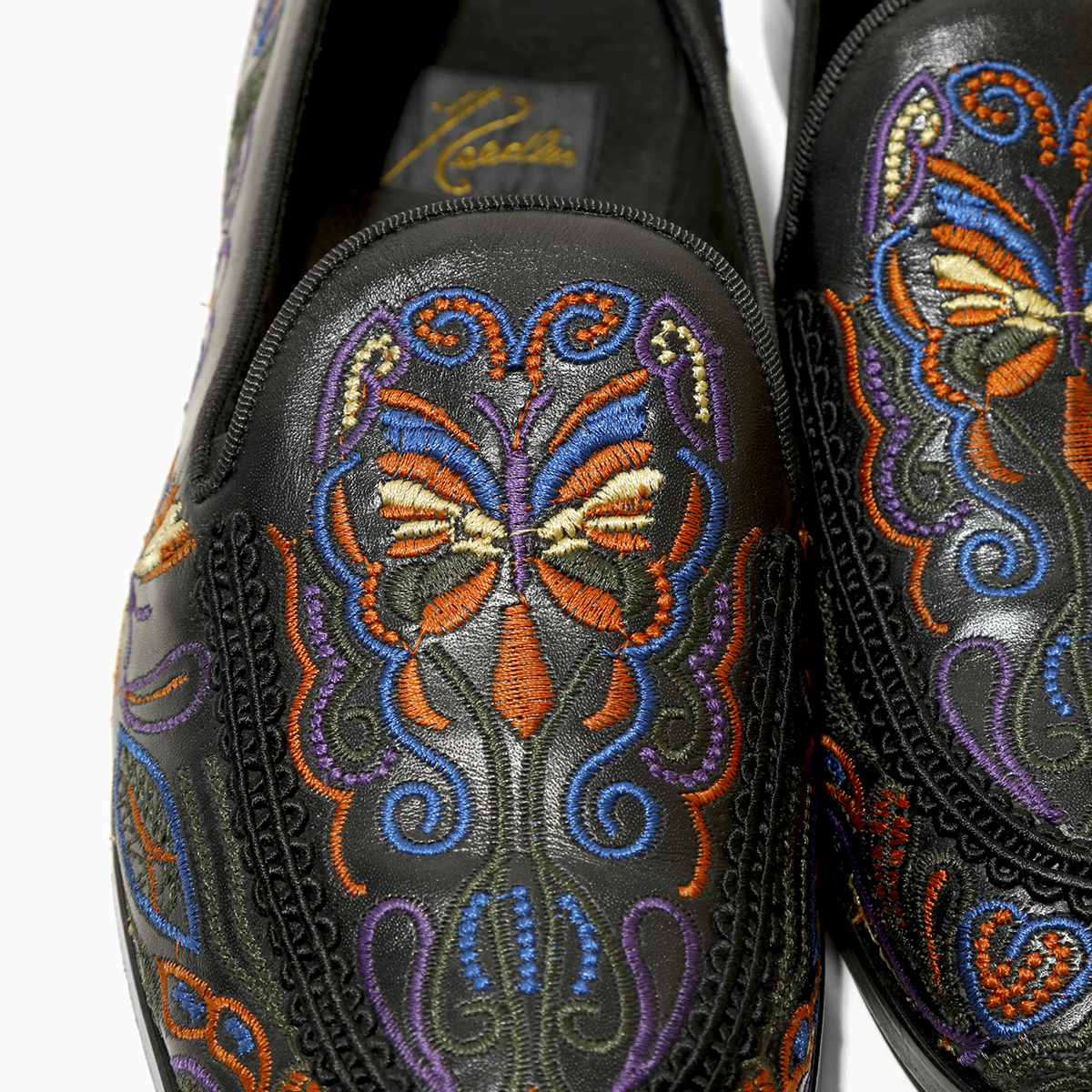 〈NEEDLES〉足元を彩る華やかな新型スリップ・オン